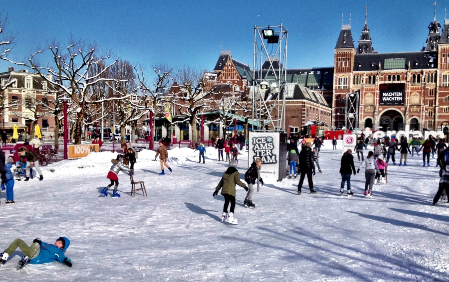 Skating & sliding: Ice-skating behind the Rijksmuseum on the Museumplein