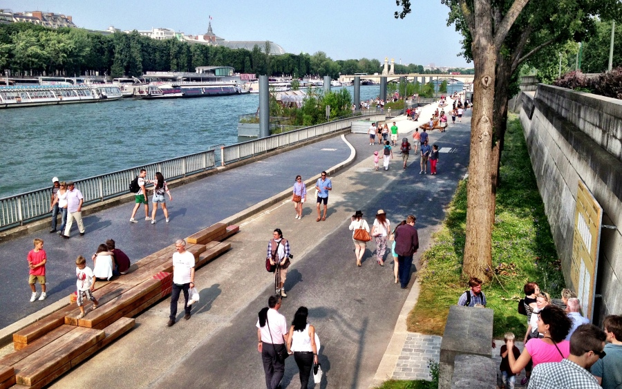 Entering the left bank of Les Berges, along the Alma Bridge